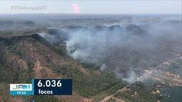 Helicóptero é usado para combater queimada na serra do Lejeado