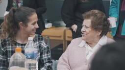 Aplicativo espanhol 'Adote uma avó' reúne jovens e idosos solitários