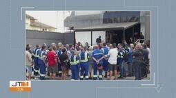 Operadores de guindaste e empilhadeira protestam contra a escala digital na porta do Ogmo