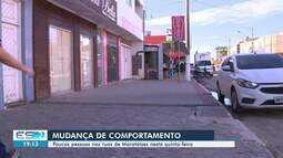 Poucas pessoas saem às ruas em Marataízes, ES, nesta quinta-feira (21)
