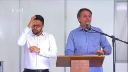 Sem máscara, Bolsonaro provoca aglomeração durante inauguração de hospital de campanha
