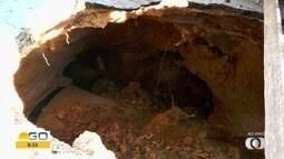 Moradores sinalizam buraco em rua de Goiânia