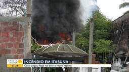 Casa fica destruída após ser atingida por incêndio em Itabuna, no sul do estado