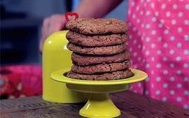 Videorreceita: Cookies de chips de chocolate e nozes
