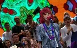 Rita Lee canta a msica T um lixo durante o Altas Horas