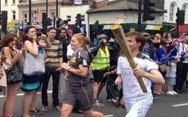 Tocha Olímpica desfila em Londres ao som de música brasileira