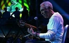 "Gilberto Gil interpreta ""Eu vim da Bahia"" no Programa do Jô"