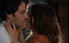 Luiza e Laerte se beijam