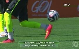 Neymar brinca com a bola e mostra habilidade fazendo embaixadinhas