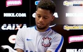 André é apresentado no Corinthians e assunto da coletiva não foi bola na rede