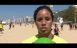 Time de handebol de praia faz campanha por mais direitos após polêmica com uniforme