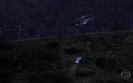Do helicóptero, Júlia vê o carro de Bia cair em um desfiladeiro e explodir
