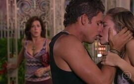 Safira entra em casa e flagra o beijo de Giovana e Mateus
