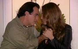 Nikos acalma Júlia, que agradece. Os dois se beijam e alguém toca a campainha