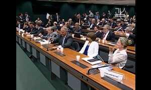 Tumulto marca aprovação de projeto que reduz meta econômica do governo