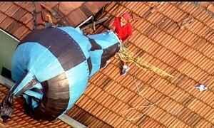 Grupo é flagrado tentando recuperar balões que caíram sobre fábrica e casa em São Paulo