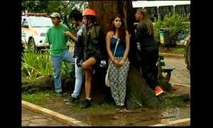 Moradores protestam contra corte de árvores centenárias no RJ