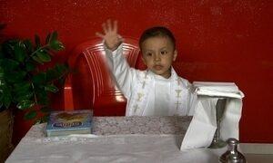 Menino de 3 anos que deseja ser Papa faz sucesso em vídeo na internet