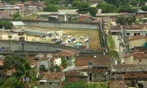 Detentos recebem encomendas pelo muro em penitenciária do RS