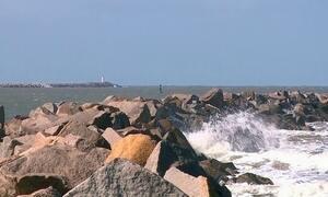 Ventos de 60 km/h provocam ondas de até dois metros de altura