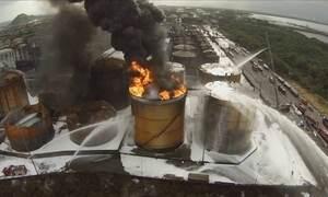 Bombeiros continuam tentando apagar incêndio em Santos (SP)