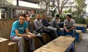 Minipraças que ocupam espaço de duas vagas na rua geram discussão