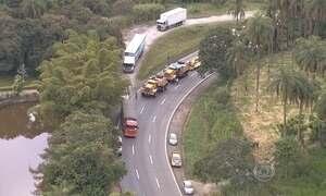Trecho da Fernão Dias fica bloqueado após queda de transformador gigante