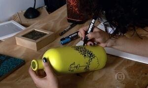 Artista plástica muda de vida usando lixo como matéria-prima para trabalho