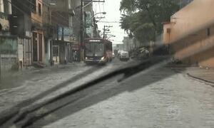 Chuva alaga ruas de Salvador (BA)