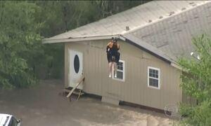 Após tempestade, agentes usam helicóptero para resgatar ilhados nos EUA