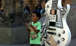 Guitarras viram obras de arte e se espalham pelas ruas de São Paulo