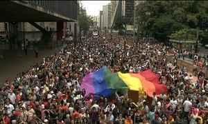 Festa para celebrar orgulho gay reúne multidão na Avenida Paulista