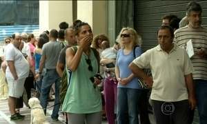 Com medo de colapso da economia, gregos sacam dinheiro de bancos