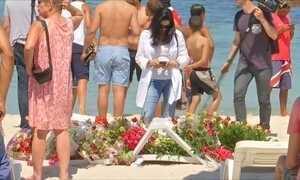 Turistas e tunisianos prestam homenagem a vítimas de massacre no país