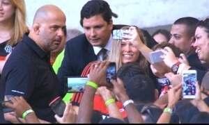 Ronda Rousey assiste jogo do Flamengo no Maracanã