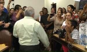Moradores de Jacarezinho protestam contra vereadores da cidade