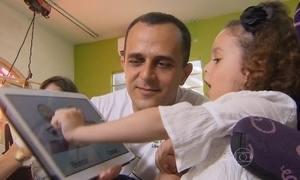 Pai cria aplicativo para se comunicar com a filha que tem paralisia cerebral