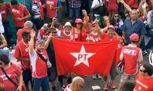 Manifestantes fazem ato pró-governo em frente ao Instituto Lula