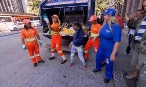 Grupos transformam trabalho de coleta de lixo em música e dança