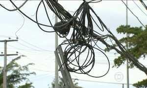 Companhia de energia quer proibir empresas de pendurar novos fios no Recife