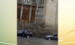 Polícia investiga homem que fez mulher refém em frente a Catedral da Sé