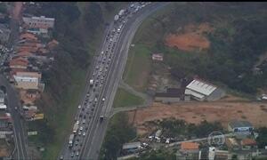 Acidente provoca engarrafamento na Rodovia Fernão Dias