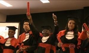 Pedreiro de 63 anos junta R$ 55 mil para faculdade e se forma em Direito