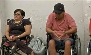 Deficientes se acorrentam na porta de fórum do MA para protestar