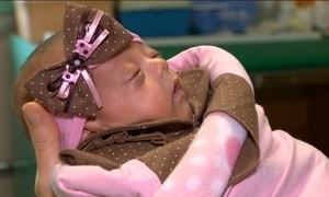 Bebê que nasceu com peso de uma laranja deixa hospital em Porto Alegre