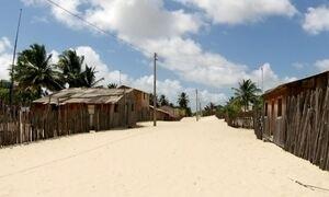 Ilha do MA constrói casas 'móveis' para driblar movimento de dunas