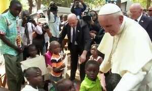 Papa Francisco visita país em conflito em seu penúltimo dia na África