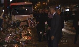 Obama visita Bataclan em Paris para homenagear vítimas do atentado