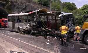 Acidente com ônibus mata cinco pessoas e fere outras 35 no Rio