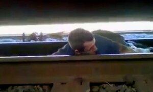 Saiba como tentar escapar se estiver embaixo de um trem em movimento